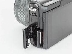 メディアはSDメモリーカードを使用。側面から入れ替える。電池室と一緒になっていないのはなにかと便利だ
