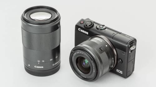 本体カラーはシルバーとブラックが選択できる。写真は「EF-M15-45mm F3.5-6.3 IS STM」と「EF-M55-200mm F4.5-6.3 IS STM」の2本が付属するダブルズームキット。キヤノンのオンラインショップで9万1500円(税別)で販売されている。35mm判に換算すると、それぞれ約24-72mm、88-320mmに相当する