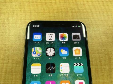 iPhone Xの画面上部の凹の切り欠き(センサーハウジング)付近と縦長ディスプレーは大きな特徴のひとつ。ホーム画面では凹の左側に時間、左側にはモバイル回線の