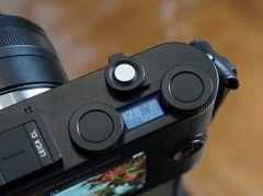 本体上面の2つのダイヤル。通常は露出補正やシャッタースピードだが、中央のボタンを押し込むと感度の設定やモードダイヤルの設定が行なえる