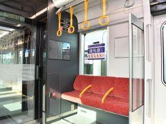 一部の優先席は座席の高さを上げた「ユニバーサルデザインシート」を採用