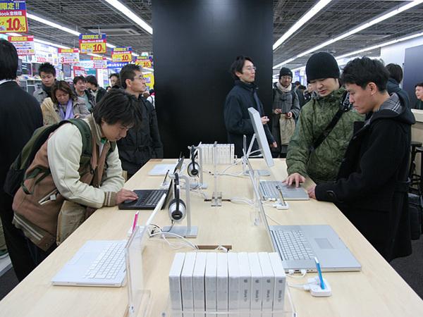 Macなどを販売する平机