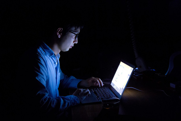 Web Pr0fessiona1はブルーライト対策に取り組みます