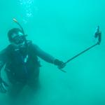 海の中だって自撮り棒、海底でもiPhoneで自撮りするワザ