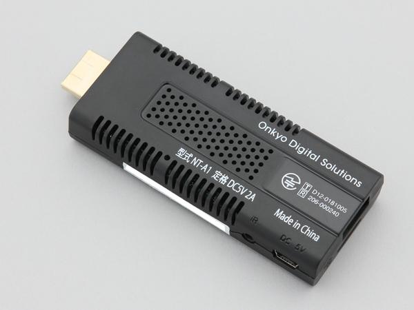 オンキヨー「インターネット・スティック NT-A1」。OSにはAndroid 4.0を採用し、動画閲覧アプリやカレンダー、メーラなどの基本ソフトがプリインストールされている。IEEE 802.11b/g/nに対応した無線LAN機能も搭載。直販価格は9980円