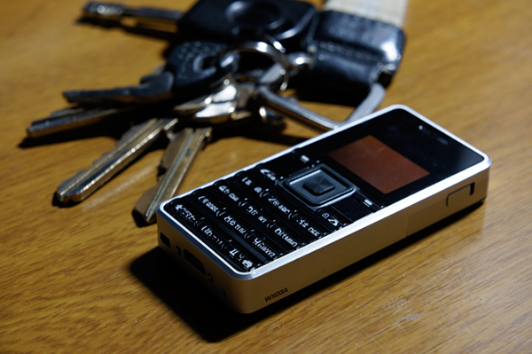 ASCII.jp:超絶小型PHS「ストラップフォン」こそがスマートなフォンだ ...