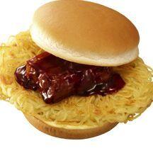 胃袋に衝撃! 炭水化物の嵐! パンにラーメンを挟む「麺屋武蔵ラーメンバーガー」
