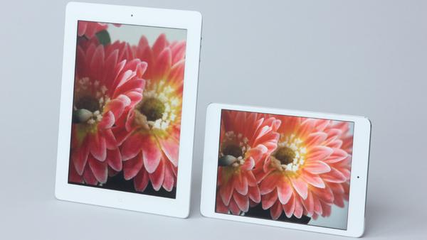 iPad(左)とiPad mini(右)。前者は9.7インチで2048×1536ドットの高精細な映像を表示するRetinaディスプレーを搭載。後者は7.9インチ(1024×768ドット)のディスプレーを採用する