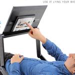 寝転びながらタブレットやノートPCが使える! ポジション自在のPCデスク
