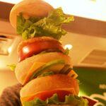 シュワッチ!!全長40cmのウルトラハンバーガーが東京駅に来たぞ~