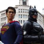 ハロウィンのゴミを拾うのは誰だ! スーパーマンだ! いや、バットマンだ!