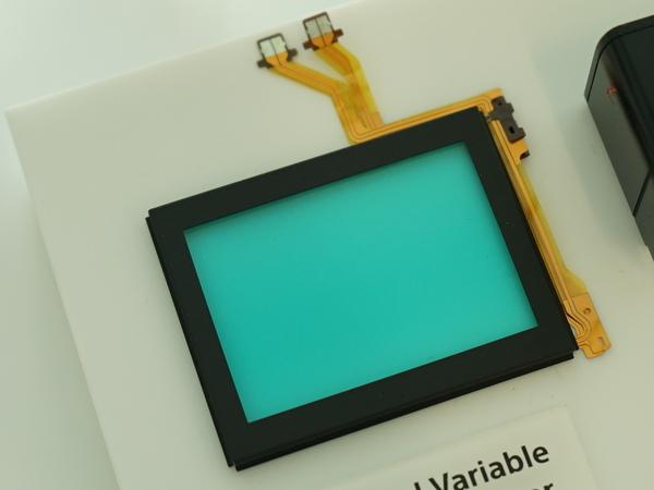 2枚のローパスフィルターの間に液晶を挟んだデバイス。液晶の電圧を変化させることでローパスあり/なしの効果を実現する
