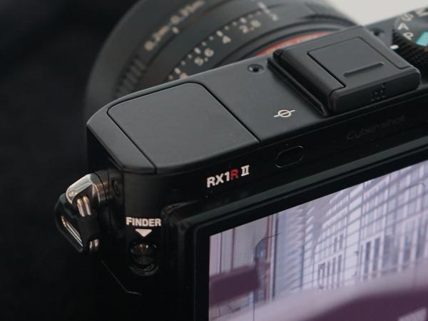 RX1Rで内蔵ストロボだった部分にEVFを搭載。RX100IVなどと同じポップアップ式EVFだ
