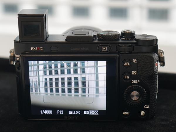 本体背面。左の「RX1R II」の文字のすぐ右横に、アイセンサーがある