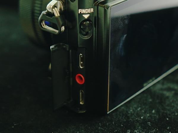 側面のフタの中には、HDMIとUSBの端子を搭載する