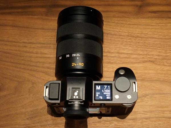 本体上部には高精細なサブモニターを搭載。装着されているレンズは新開発の「Leica Vario-Elmarit-SL 24?90 mm f/2.8 4 ASPH.」