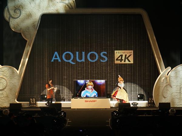 壇上中央に置かれたAQUOS 4Kを見ながら新CMについて話すきゃりーぱみゅぱみゅさん