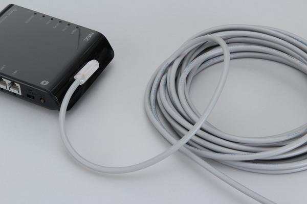 電波発信源(無線LANルーターなど)に対してペタっと先端パーツを取り付ける。パーツ自体に両面テープが用意されているが、長期運用に耐える性能はないので、別途テープで貼り付けるといい。とりあえず、発信元に密着していればいいので、細かいことを気にしないで済むあたりは、とても現場向きである