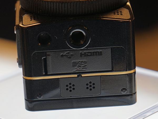 別の側面にはmicroSDカードスロットなどのインターフェースと三脚穴を搭載する
