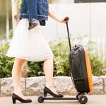 そんなのアリかよ! キックボード付きスーツケース
