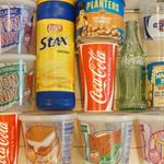 ハンヴィーの車内をデコるコカ・コーラの空きパッケージなどを集めてます
