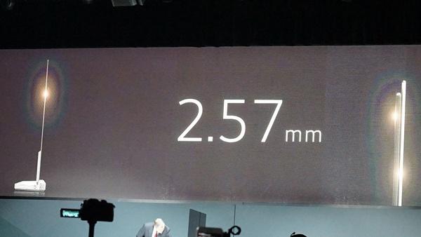 薄さ2.47mm。画面はカーブしていない