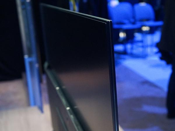 HDR対応の液晶テレビでも、エッジ式なのでこの薄さ
