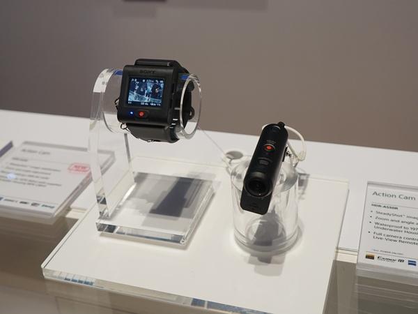 アクションカムの新モデル「HDR-AS50R」も展示。ブレ補正機能や4Kタイムラプス機能などを搭載する