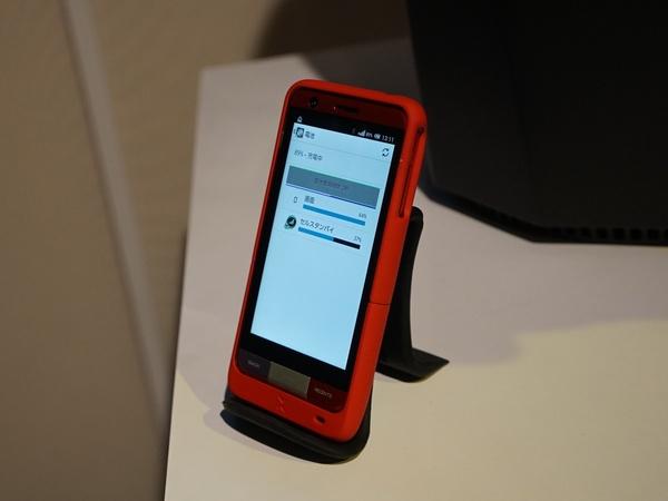 Cota対応のスマホケースから充電するスマートフォン