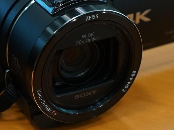 「ZEISS バリオ・ゾナーT*」レンズを採用。光学20倍ズームだ