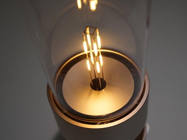 有機ガラスの下に加振器を3つ内蔵。ガラスをたたくことで音を発する。離れた場所でも音の減衰が少ないという