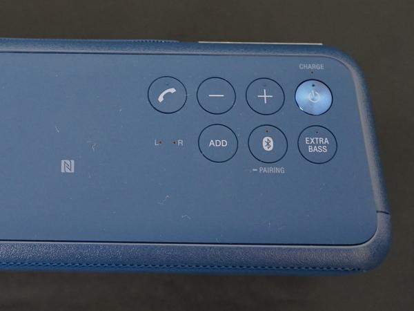本体上面。右側に操作ボタンを配置。「Extra Bass」ボタンで低音をさらに強調する