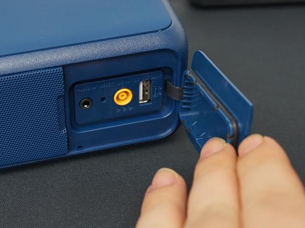 本体背面のカバーを開くと、オーディオ入力やAC入力、給電用のUSBポートなどがある
