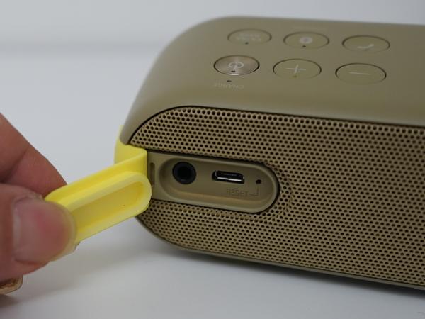 背面カバー内にはオーディオ入力と充電用microUSBポートを装備