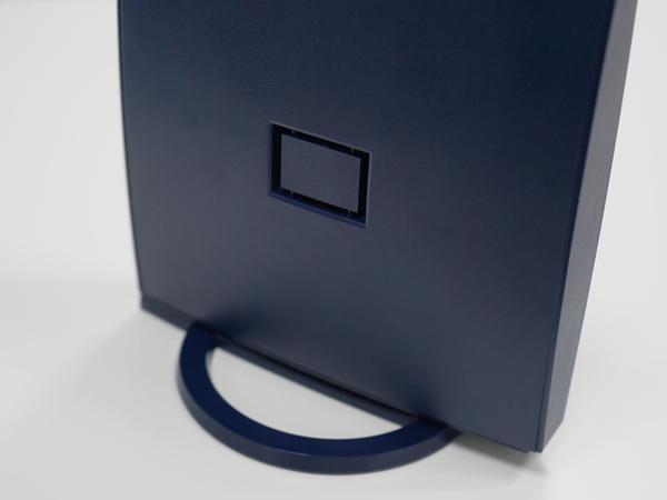 側面の四角い穴にスタンドを装着することで横置きも可能