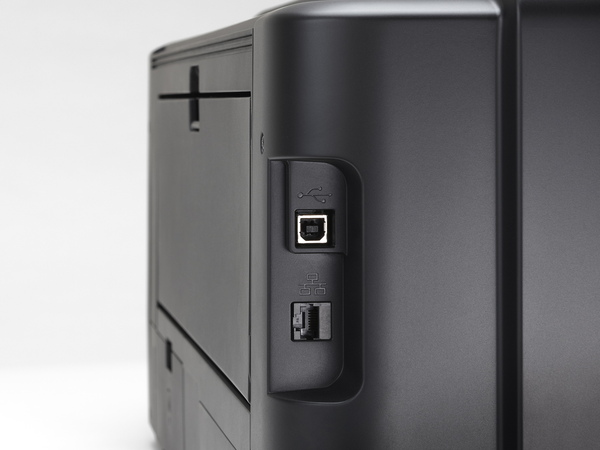 後方側面にはUSB端子とイーサネット端子を装備。Wireless PictBridgeにも対応する