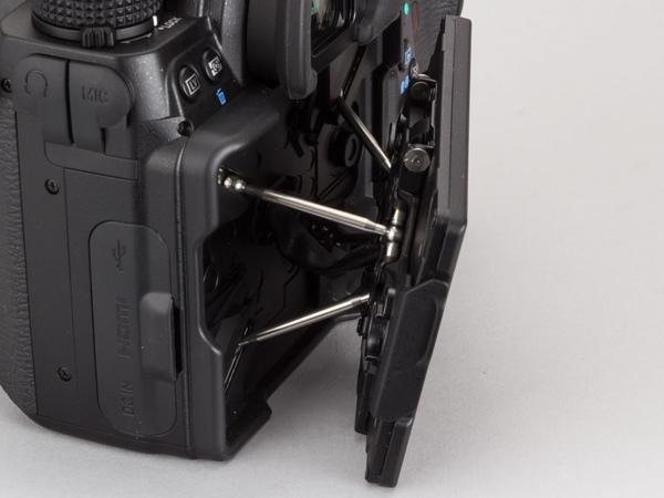 アームは各々伸縮する形で、モニターの角度を左右に変えられる