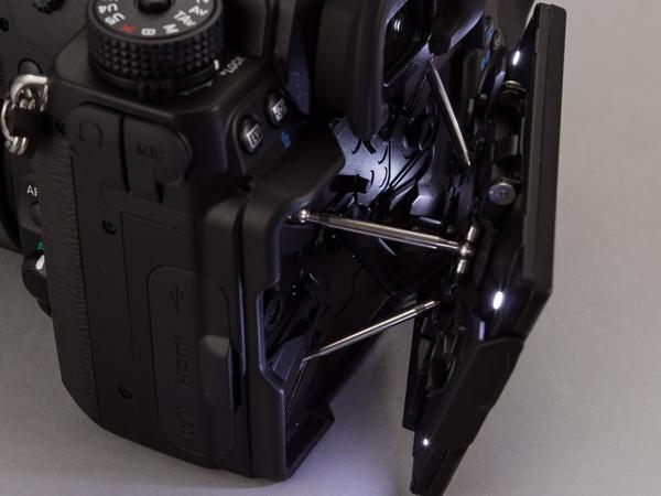 背面モニターの裏側にLED。モニターを引き出せば背面全体を照らせる