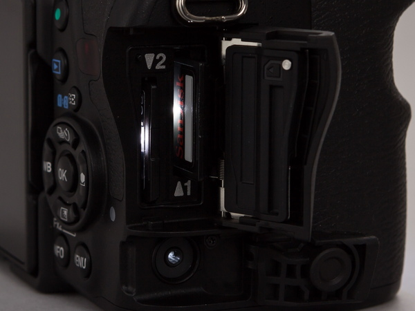カードスロットとレリーズ端子にLED。暗がりでのメディア交換も可能