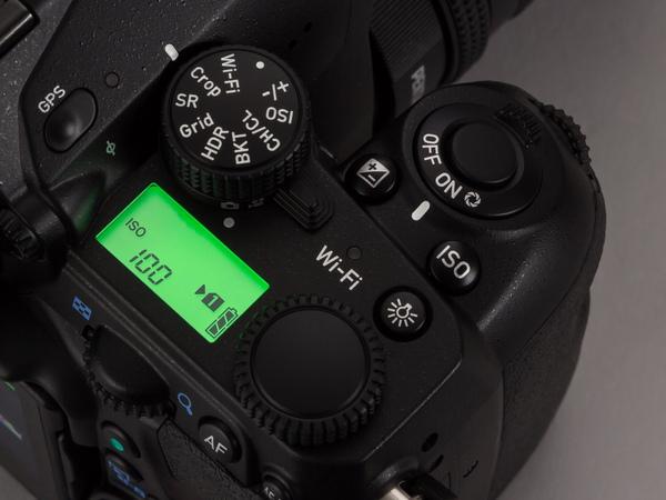 ライトの点灯は本体左側の表示パネルの上、Wi-Fiの文字の横にあるボタンで行なえる
