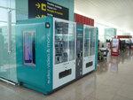 iPhone 6sが自動販売機で買える! MWC色に染まるバルセロナ空港をレポート