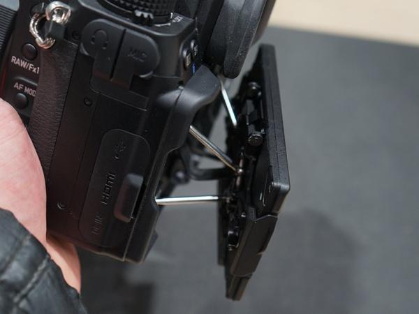 ぐりぐり動く背面モニター。センサーと同じ光軸で映像を確認できる