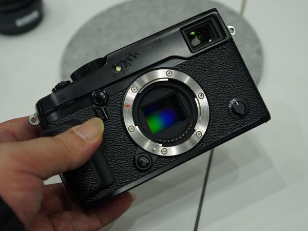 富士フイルム「X-Pro2」。本体前面のレバーでファインダーを電子式/光学式に切り替えられる