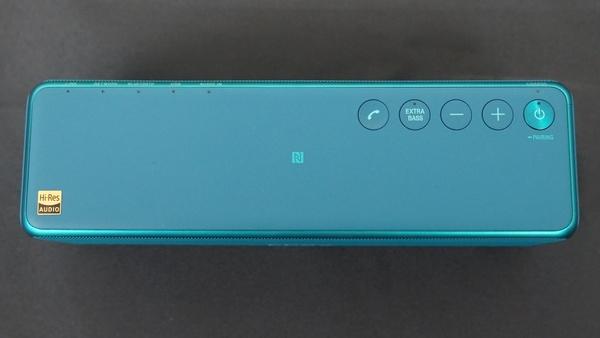 本体上面。NFC受信部が中央にあり、右側に操作ボタンが集中配置されている