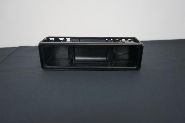 スピーカー内部はLRで分離されており、ステレオ感を高めている