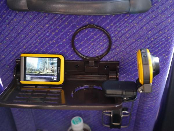 オプションで固定クリップなどが用意されており、例えば列車やバスの車窓を撮りたい場合、こんな感じで設置できる
