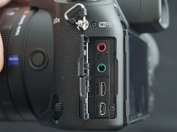 側面のフタを開けると音声入出力とmicroUSB、microHDMIの端子が現われる