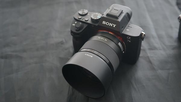 「FE 50mm F1.8」を「α7」に装着