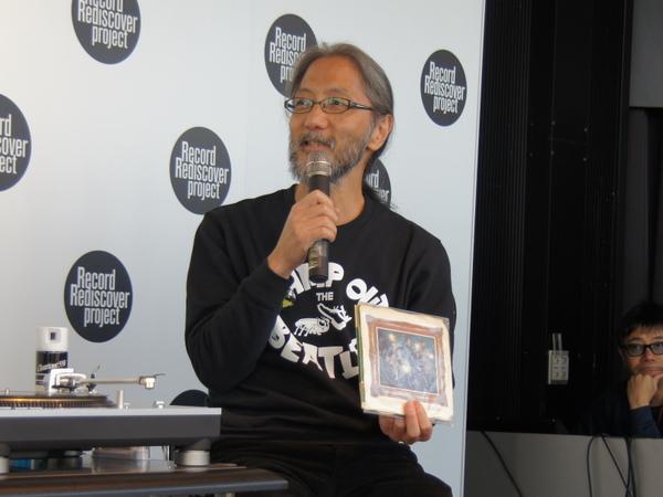 「シングルが好き」というバラカン氏に促されるようにシングル盤を取り出す編集者の藤本国彦氏