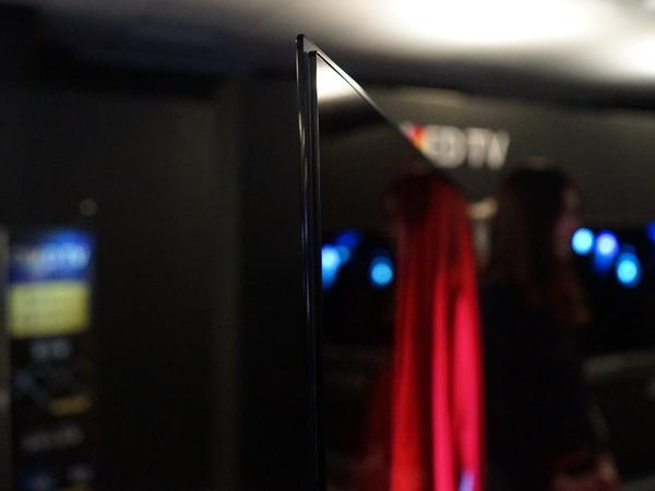 3mmのガラスに2.57mmの有機ELパネルを張り付けて一体化。最薄部で7mmという薄さを実現している